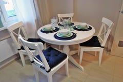 公寓内部的博览会 用餐玻璃空间圆桌的接近的刀叉餐具 免版税库存照片