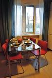 公寓内部的博览会 用餐玻璃空间圆桌的接近的刀叉餐具 免版税库存图片