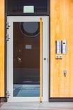 公寓单元与玻璃门和对讲机的门面 库存照片