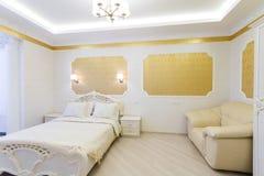 公寓卧室方便的内部豪华 免版税库存照片