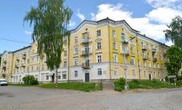 公寓四叠生的10-podjezdny房子, 1950年建筑 Uglich,雅罗斯拉夫尔市地区 库存图片