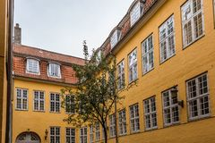 公寓在一个老城市房子里在哥本哈根 免版税库存图片