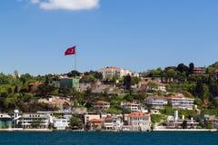 公寓在伊斯坦布尔博斯普鲁斯海峡沿海岸区 库存照片