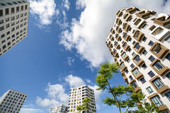 公寓在城市-新的现代居民住房门面耸立 免版税库存图片