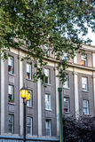 公寓在有可爱的街道灯笼的圣地亚哥 免版税库存照片