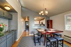 公寓在灰色颜色的餐厅内部 免版税库存图片