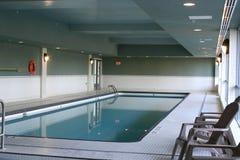 公寓室内游泳池游泳 库存照片