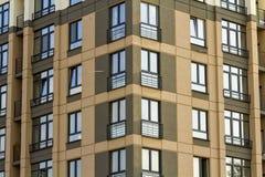 公寓或现代公寓与对称建筑学在街市的城市 不动产开发和都市gro 库存图片