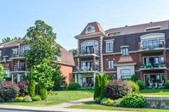 公寓房大厦在街市的Chambly 免版税库存照片