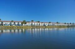 公寓房平安的平静的河 免版税库存照片