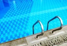 公寓房边缘梯子池游泳 库存图片