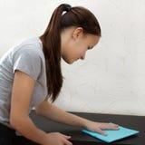 公寓清洁 一个年轻欧洲女孩在家去除尘土旧布 库存图片