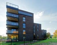 公寓现代玻璃建筑学  免版税库存图片