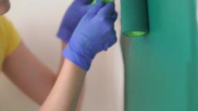 公寓的修理-专业画家绘有绿色漆滚筒的墙壁 股票视频