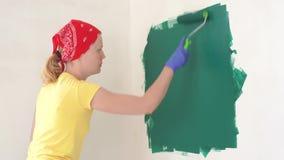 公寓的修理-专业画家绘有绿色漆滚筒的墙壁 股票录像