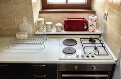 公寓的厨房 煤气炉,多士炉,调味品瓶子 库存照片