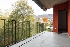 公寓的大阳台俯视的本质与红色外墙的 库存照片