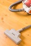 公寓的清洁。在地板上的吸尘器 免版税库存图片
