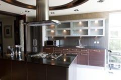 公寓的现代厨房 免版税库存图片