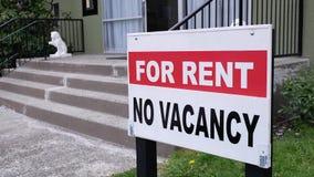 公寓的行动租标志的 股票录像
