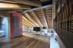 从公寓的mansarda的天花板 免版税库存照片