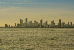 公寓看法在卡塔赫钠de Indias,哥伦比亚耸立形成一条白色地平线 免版税库存图片