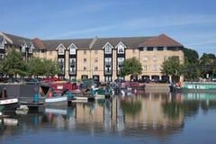 公寓看法在Apsley锁的有驳船的在wateside靠了码头 库存照片