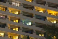 公寓窗口软的焕发在这个豪华大厦的晚上 免版税库存照片