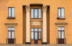 公寓门面的Windows连续和阳台  免版税图库摄影