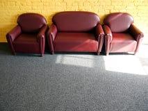 公寓: 在星期日的三把扶手椅子 图库摄影