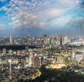 公寓结构大厦大厦具体玻璃高日本现代住宅上升钢东京塔耸立 城市大厦美好的鸟瞰图在晚上 免版税库存照片