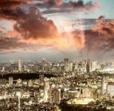 公寓结构大厦大厦具体玻璃高日本现代住宅上升钢东京塔耸立 城市大厦美好的鸟瞰图在晚上 库存照片