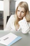 公寓recives发票的妇女 免版税库存图片