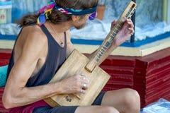 公平山楂树的街道的,波特兰,俄勒冈一位街道音乐家 库存照片