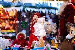 公平的圣诞节的孩子 乘坐Xmas转盘的孩子 图库摄影