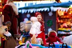 公平的圣诞节的孩子 乘坐Xmas转盘的孩子 免版税库存照片