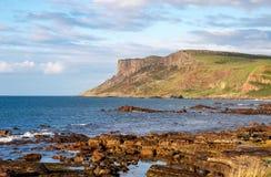 公平的顶头峭壁在北爱尔兰,英国 库存照片