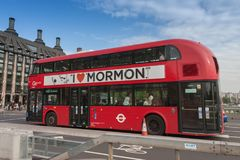 公开交通,在威斯敏斯特桥梁的红色双层汽车 免版税库存照片