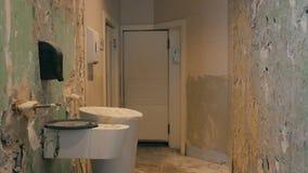 公开休息室整修进入与从墙壁和地板去除的瓦片的杂乱阶段 股票视频