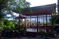 公开休息房子在手段的Phang Nga泰国庭院里 库存照片