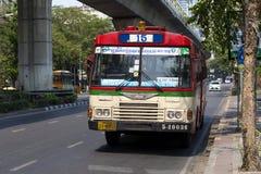 公开公共汽车停止在街道上的第15在曼谷,泰国 图库摄影