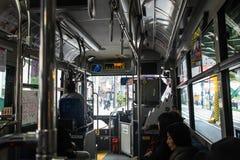 公开公共汽车的乘客在2017年3月31日的东京日本 生活方式旅行事务的运输 库存图片