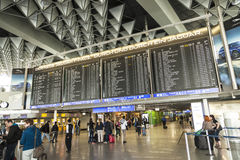 公开区域的旅客在国际法兰克福机场 免版税库存图片