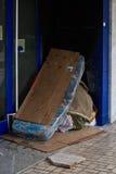 公开地睡觉无家可归的人 库存图片