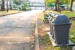 公开垃圾桶 免版税库存照片