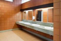 公开干净的洗手间内部在那里一间共有的洗手间的是一个广泛选择 免版税库存图片