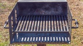 公开木炭格栅在公园 免版税库存图片