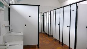 公开洗手间,阵雨的客舱休息室 库存照片