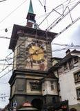 公开电车顶上的导线看法在著名中世纪Zytglogge天文学钟楼前面在老镇中部排行  图库摄影