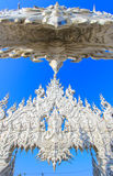公开白色寺庙有清楚的天空背景 免版税库存图片